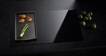 Eine weitere Art von Flexibilität ermöglicht diese gusseiserne Grillplatte. Sie wird einfach auf die Induktionskochfläche aufgesetzt und automatisch erkannt.