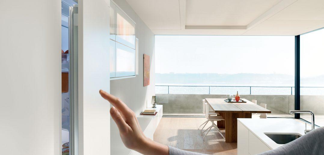 Lifestyle der besonderen Art eine komfortable Öffnungsunterstützung für Kühl und Gefrierschränke, die sich hinter den grifflosen Fronten verbergen Foto AMK