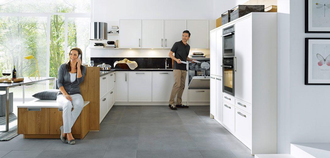 Dank der vielfältigen individuellen Gestaltungsmöglichkeiten mit Möbeln, Farben, Elektrogeräten und Dekorationen finden Frau und Mann sowie die anderen Familienmitglieder in der neuen Küche immer die optimale Lösung.