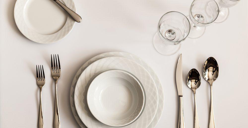 Tisch eindecken Anordnung Geschirr Besteck Gläser
